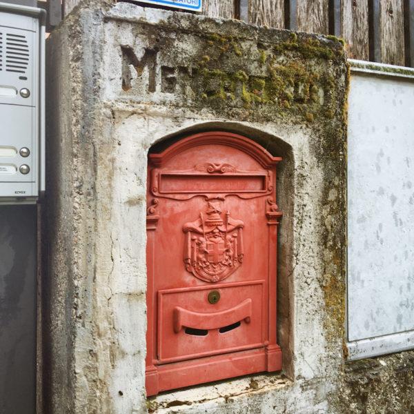 Werkelijk prachtige brievenbussen kom je tegen, als je maar goed kijkt.